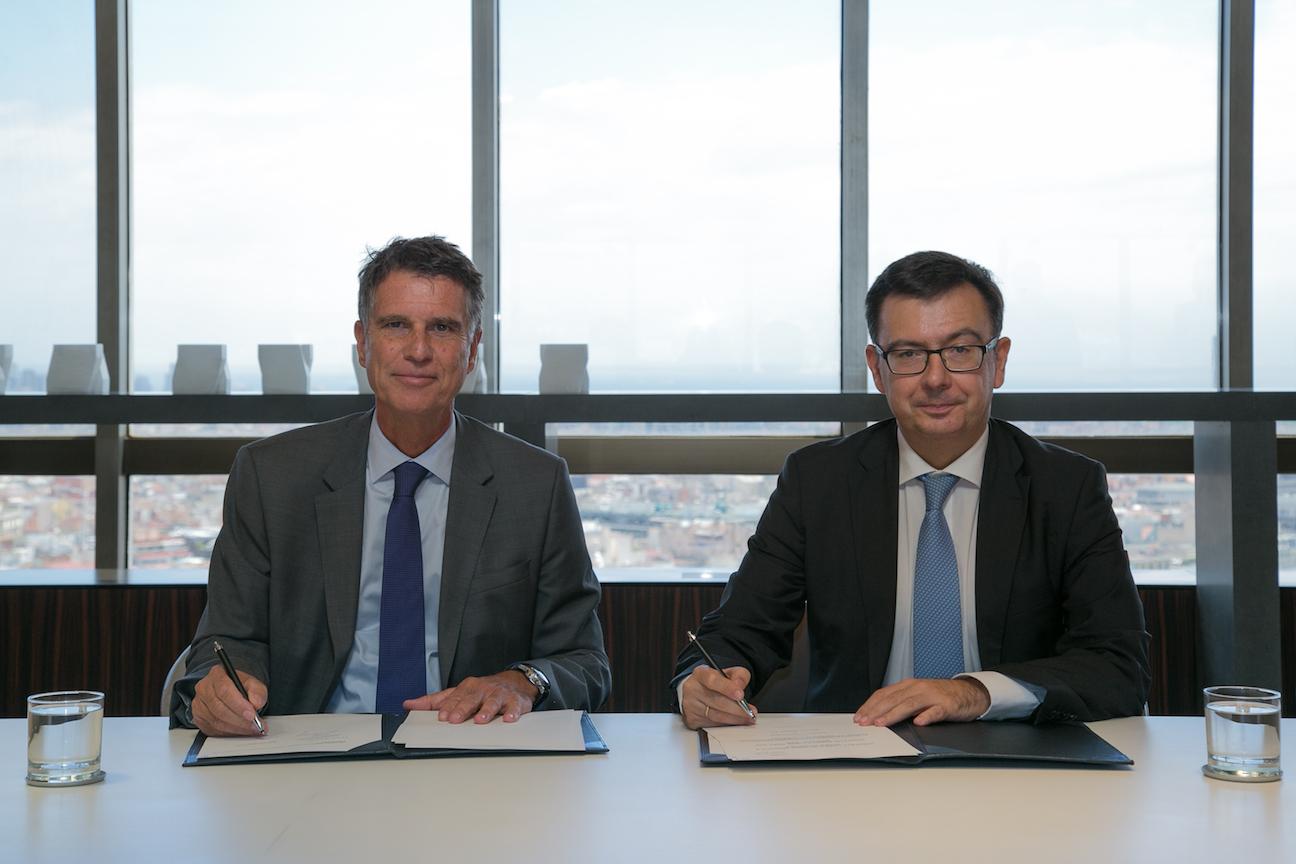 El consejero delegado de Banco Sabadell, Jaime Guardiola, y el vicepresidente del BEI, Román Escolano, tras la firma del convenio